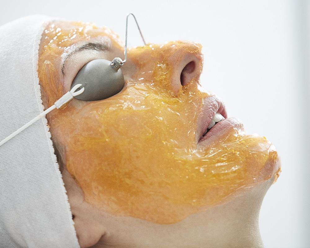 GelAppliedToFace - Nicht-invasive biophotonische Gesichtsbehandlung